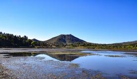 斯通沃尔峰顶在Cuyamaca湖沼泽地区被反射  免版税图库摄影