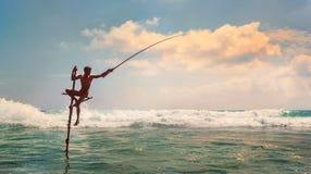 斯里兰卡传统`棍子` -方法鱼传染性的渔夫在印度洋挥动 免版税图库摄影