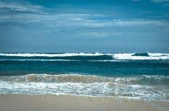 斯里兰卡的印度洋 重点前景海浪通知 免版税库存照片