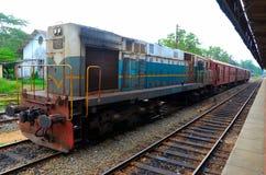 斯里兰卡的有乘客支架的铁路柴油电力机车火车引擎停放了在驻地 库存图片