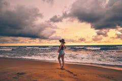 斯里兰卡的海洋岸的美丽的形状的女孩 免版税库存图片