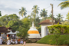 斯里兰卡的神圣的牙遗物的人民参观的寺庙 库存图片