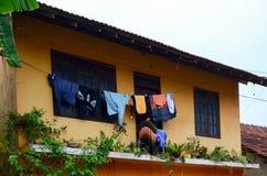 斯里兰卡街道,被洗涤的衣裳在绳索被烘干 图库摄影