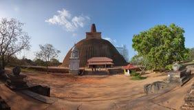 斯里兰卡,阿努拉德普勒 Abhayagiri Dagoba重建 库存图片