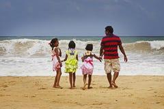 斯里兰卡:由海滩的斯里兰卡的家庭 免版税库存图片