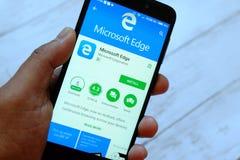 斯里巴加湾市,文莱- 2018年7月25日, :拿着有微软边缘apps的一只男性手智能手机在机器人 免版税图库摄影