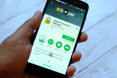 斯里巴加湾市,文莱- 2018年7月25日, :拿着有老板密码经理的app的一只男性手智能手机机器人谷歌的 库存图片