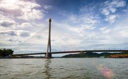 斯里巴加湾市,文莱Darussalam 3月31,2017 :在首都的新的缆绳被停留的桥梁 免版税库存照片