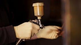 斯金纳由aerographic机器绘小皮革细节在囚犯工厂 股票录像