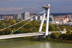 斯洛伐克全国起义的桥梁与飞碟餐馆的在河多瑙河 布拉索夫斯洛伐克 库存照片