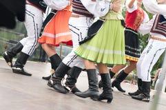 斯洛伐克民间舞的片段与五颜六色的衣裳的 库存图片