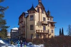斯洛伐克, STARY SMOKOVEC - 2015年1月06日:圆山大饭店的看法在普遍的手段Stary Smokovec高Tatras山的 库存图片