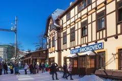 斯洛伐克, STARY SMOKOVEC - 2015年1月06日:在火车站在高Tatras山的Stary Smokovec的高峰时间 免版税库存照片