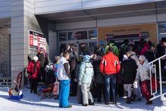 斯洛伐克, STARY SMOKOVEC - 2015年1月06日:在队列的人群到缆车的票的在高Tatras山 免版税库存图片