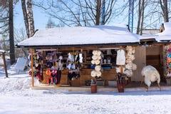 斯洛伐克, STARY SMOKOVEC - 2015年1月06日:小街道商店在高Tatras山的Stary Smokovec 库存图片
