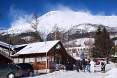 斯洛伐克, STARY SMOKOVEC - 2015年1月06日:高Tatras山的看法与用雪报道的峰顶的 免版税库存图片