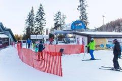斯洛伐克, STRBSKE普莱索- 2015年1月06日:滑雪者和其他活跃人在Strbske普莱索 免版税图库摄影