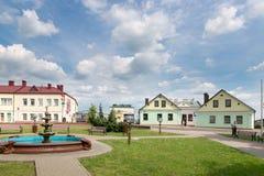 斯洛尼姆,白俄罗斯- 2017年5月20日:一个老大厦的门面在一条街道上的在斯洛尼姆镇  库存照片
