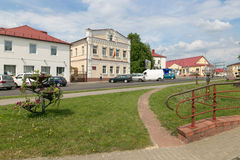 斯洛尼姆,白俄罗斯- 2017年5月20日:一个老大厦的门面在一条街道上的在斯洛尼姆镇  免版税库存照片