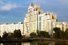 斯维斯洛奇河堤防的公寓 库存图片