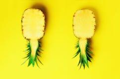 新一半在黄色背景的切的菠萝 顶视图 复制空间 最小的样式的明亮的菠萝样式 流行音乐 免版税图库摄影