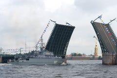 新一代估计12700 `亚历山大奥布霍夫`的第一艘扫雷艇接近离婚的宫殿桥梁 免版税库存图片