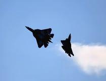新一代T-50的两架俄国战斗机在天空的 免版税库存照片