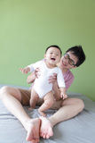 新与他的婴孩的父亲愉快的作用 免版税图库摄影
