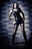 新亭亭玉立的goth妇女。 在石背景。 免版税库存图片