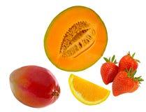 新伐瓜,切片橙色,整个芒果和草莓 免版税图库摄影