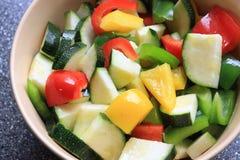 新伐黄色红色辣椒粉和绿皮胡瓜在碗 库存照片