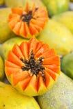 新伐水多的番木瓜Mamao果子在巴西农夫市场上 库存图片