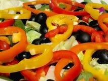 新作庭院沙拉用在上面的切的甜椒 免版税图库摄影