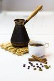 新作芳香咖啡用桂香和豆蔻果实 免版税库存照片