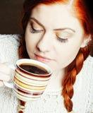 新俏丽的妇女饮用的咖啡 库存照片