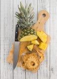 新做的菠萝圆环在土气背景烘干了 免版税库存照片