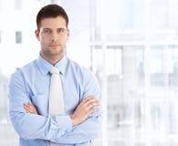 新克服的生意人常设胳膊 免版税图库摄影