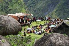 讲道在Papuan村庄的基督徒 免版税库存图片