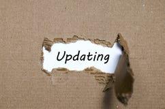 更新出现在被撕毁的纸后的词 免版税图库摄影