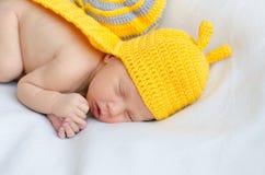 新出生一套黄色蜗牛衣服 免版税库存图片