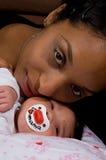 新出生儿童的母亲 库存照片