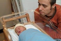 新出生和父亲在医院 库存图片