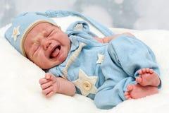 新出生哭泣的小的婴孩 免版税图库摄影