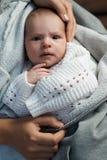 新出生在手上在妈咪嫌疑犯 库存图片