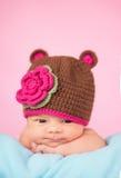 新出生在被编织的帽子 免版税库存图片