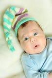 新出生在他的床上 免版税库存照片
