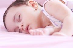 新出生女孩睡觉 免版税图库摄影