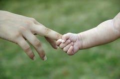 新出生婴孩的掌握 免版税库存照片