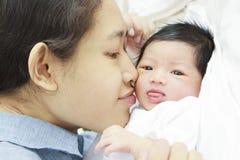 新出生小的妈妈 库存图片