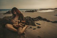 新出生小的母亲 库存图片